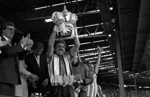 classic matches/16th 1987 fa cup final tottenham hotspur/coventry city captain brian kilcline lifts fa